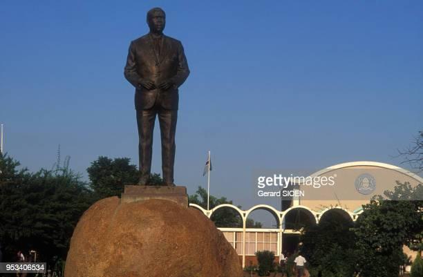 Statue de l'homme politique botswanais Seretse Khama avec en arrièreplan le bâtiment de l'assemblée nationnale à Gaborone au Botswana