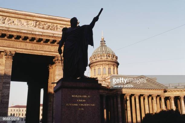 Statue du général Mikhaïl Koutouzov devant la cathédrale Notre-Dame-de-Kazan de Saint-Pétersbourg, en juillet 1988, Russie.