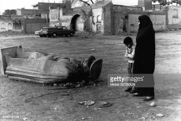 Statue du shah Mohammad Reza Pahlavi gisant sur le sol à Téhéran pendant la révolution en Iran en février 1979