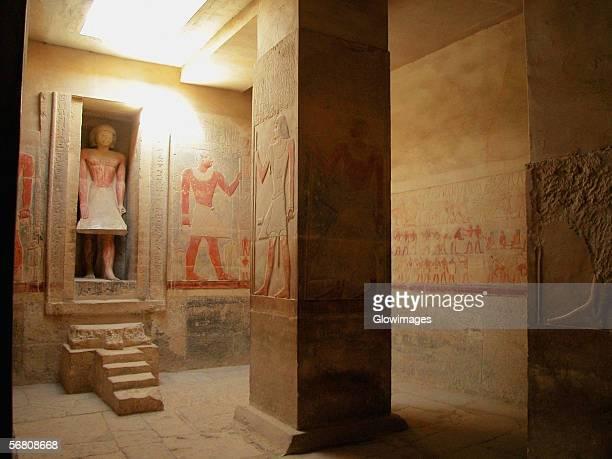 statue in a tomb, egypt - antico egitto foto e immagini stock