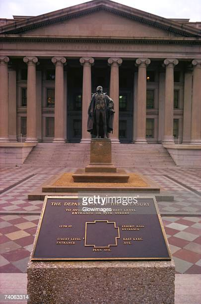 statue in front of a building, us treasury department, washington dc, usa - 記念建造物 ストックフォトと画像