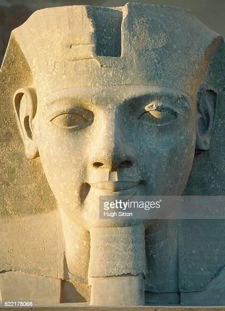 statue in luxor - egypt - hugh sitton fotografías e imágenes de stock