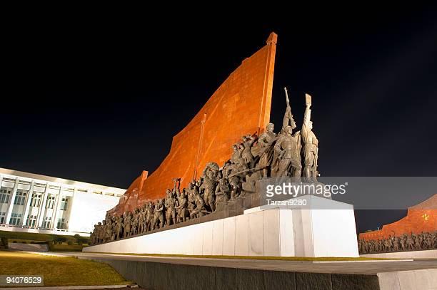 Estatua en Pyongyang a la noche