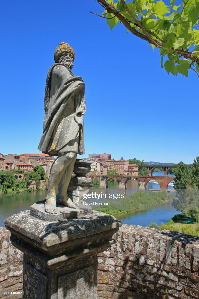 Statue in the formal gardens of the Palais de Berbie in Albi, France. : Stock Photo