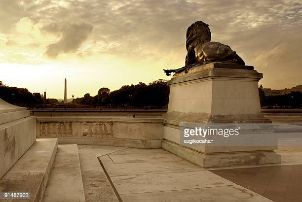 statue of a lion with the washington monument - washington monument washington dc stock pictures, royalty-free photos & images