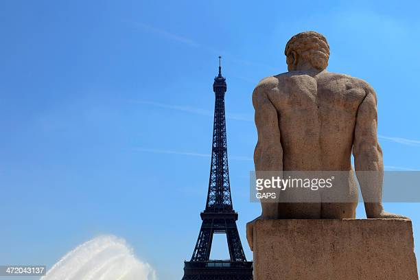 statue of a man at trocadero - esplanade du trocadero stock pictures, royalty-free photos & images