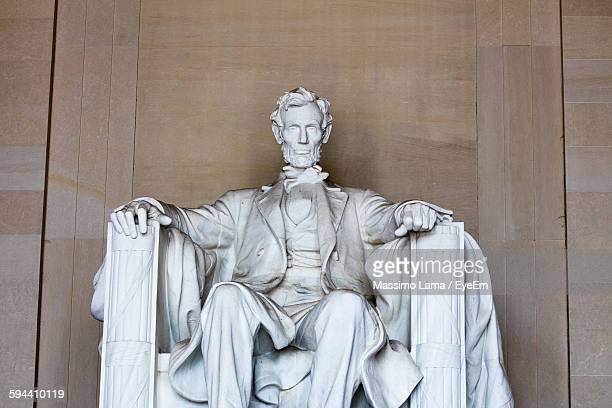 statue of abraham lincoln against wall - lincoln memorial stock pictures, royalty-free photos & images
