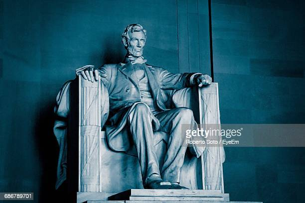statue of abraham lincoln in lincoln memorial - lincoln memorial stock pictures, royalty-free photos & images