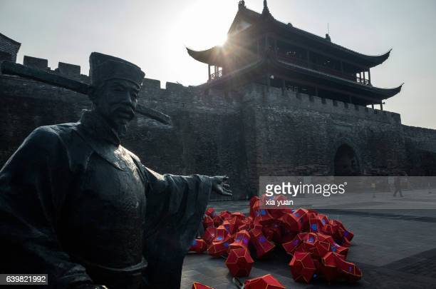a statue of ancient officer and a heap of chinese lantern - stadttor stock-fotos und bilder