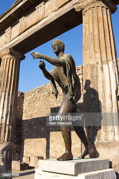statue of apollo, pompeii. - pompeya fotografías e imágenes de stock