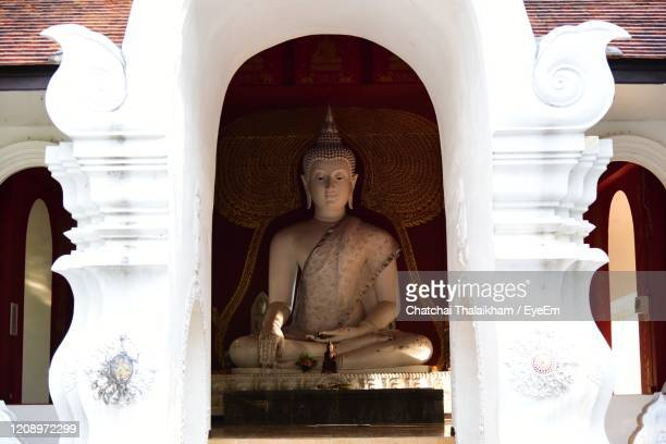 statue of buddha in building - chatchai thalaikham stock pictures, royalty-free photos & images