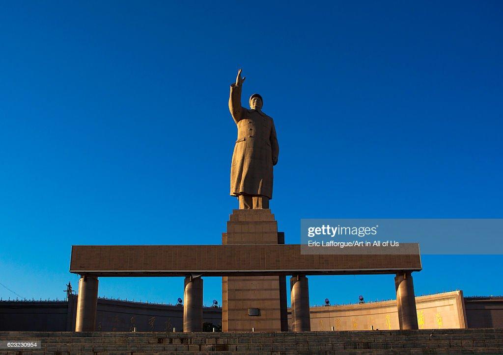 Statue of chairman Mao in center square in Kashgar, Xinjiang Uyghur Autonomous Region, China, Xinjiang Uyghur Autonomous Region, China... : Fotografía de noticias