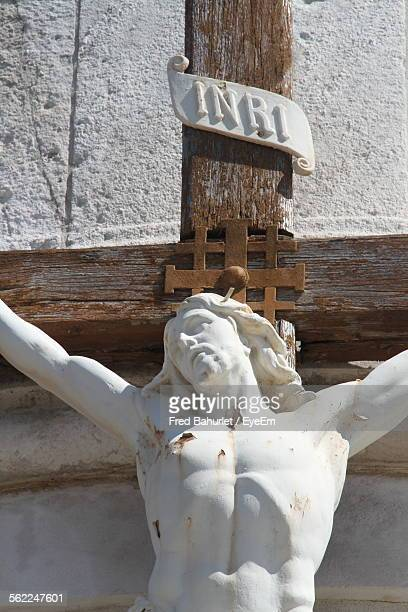 statue of crucified jesus christ at church - crucifixion photos et images de collection