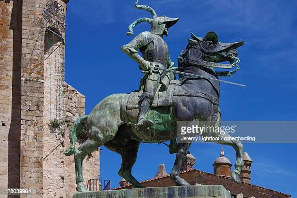statue of francisco pizarro, plaza mayor, trujillo, extremadura, spain, europe - francisco pizarro fotografías e imágenes de stock