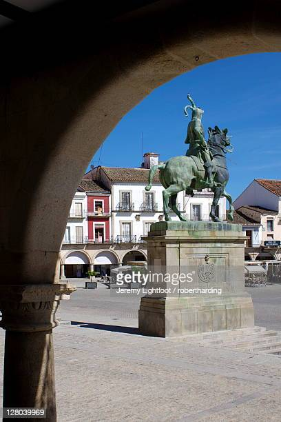 statue of francisco pizarro, plaza mayor, trujillo, extremadura, spain, europe - francisco pizarro stock pictures, royalty-free photos & images