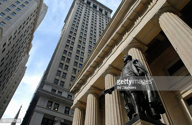 statue of george washington, wall street, new york city - wall street stock-fotos und bilder