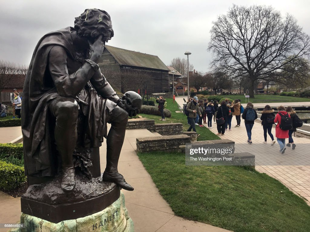 STRATFORD-UPON-AVON, ENGLAND - MARCH 16: A statue of Hamlet in  : News Photo