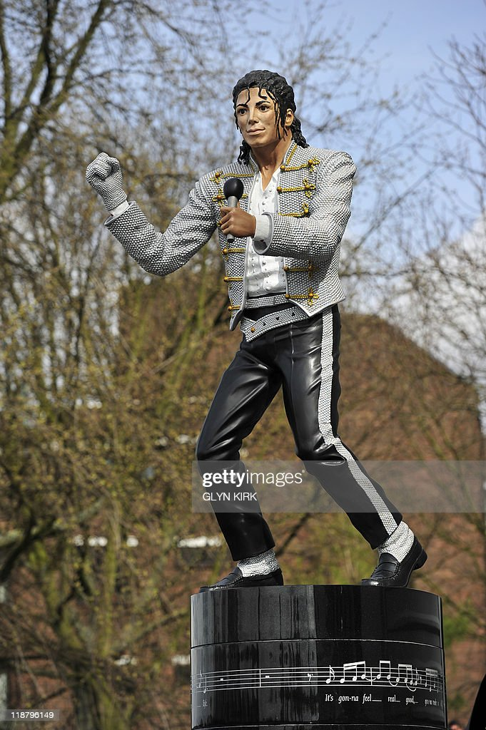A statue of his friend Michael Jackson u : Photo d'actualité