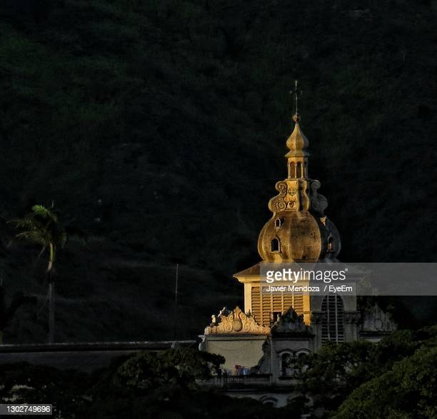statue of illuminated temple against sky at night - caracas stock pictures, royalty-free photos & images