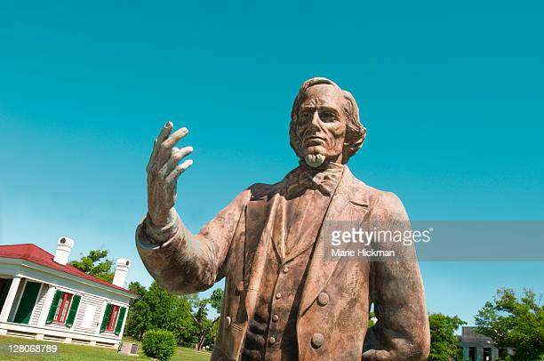 statue of jefferson davis, who was the president of the southern confederacy during the civil war, at his home beauvoir, in biloxi mississippi, usa - presidente foto e immagini stock