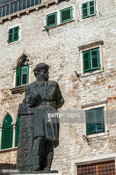statue of juraj dalmatinac (giorgio da sebenico) at the square trg republike hrvatske sibenik, croatia - architectural cornice stock photos and pictures