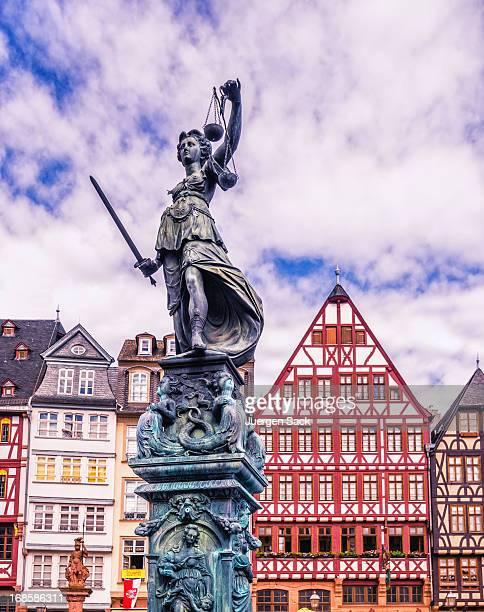 Statue der Gerechtigkeit und der Frankfurter Römer