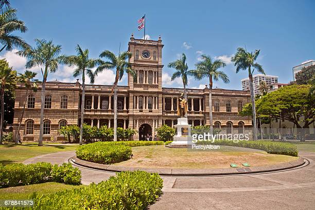 statue of king kamehameha i, hawaiis greatest king - hawaii flag stock pictures, royalty-free photos & images