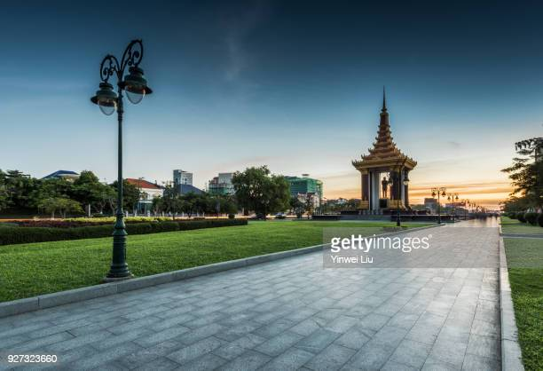 statue of king norodom sihanouk, dusk, phnom penh province, cambodia - king of cambodia stock photos and pictures