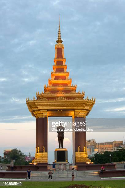 statue of king norodom sihanouk in phnom penh, capital city of cambodia, indochina, southeast asia, asia - norodom sihanouk stock pictures, royalty-free photos & images