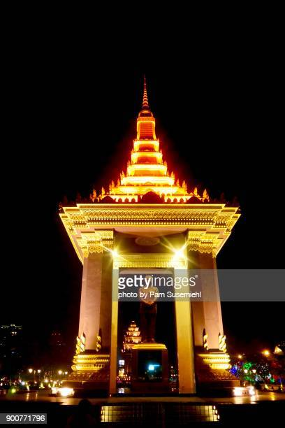 statue of king norodom sihanouk, phnom penh, cambodia - norodom sihanouk stock pictures, royalty-free photos & images
