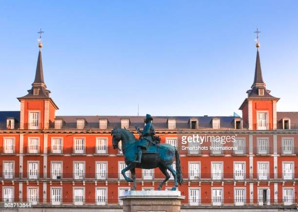 statue of king philippe the third of spain in plaza mayor, madrid, spain - madrid stock pictures, royalty-free photos & images