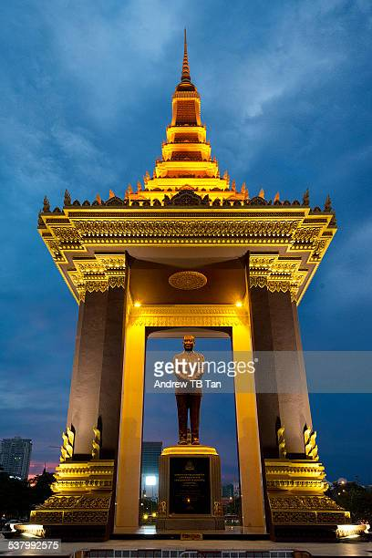 statue of king sihanouk - norodom sihanouk stock pictures, royalty-free photos & images