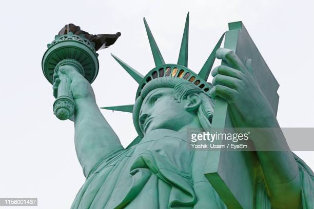 statue of liberty against clear sky - 自由の女神 ストックフォトと画像