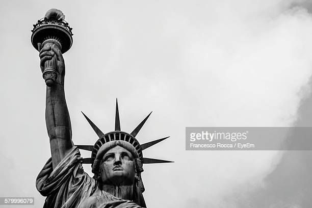 statue of liberty against sky - statue of liberty stock pictures, royalty-free photos & images