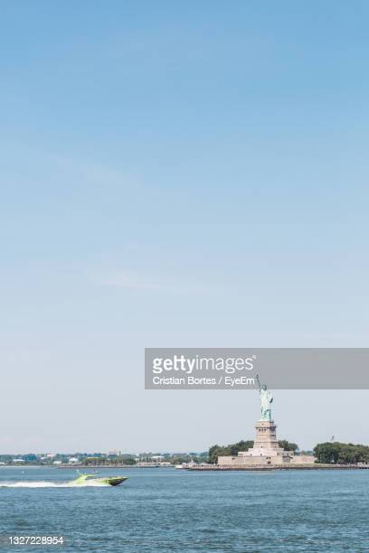 statue of liberty against the sky - bortes stock pictures, royalty-free photos & images