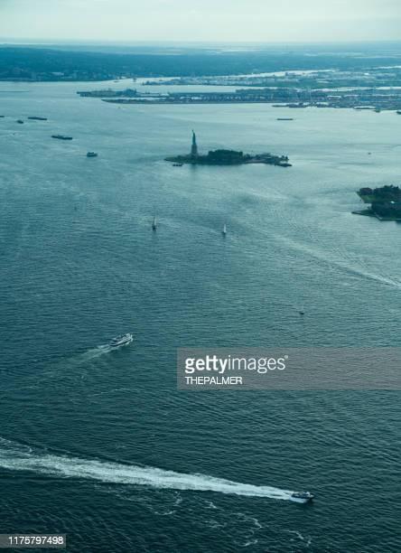 自由の女神とエリス島ニューヨーク - ニューヨーク湾 ストックフォトと画像