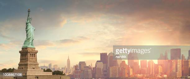 statue of liberty and manhattan in new york city - statue of liberty stock pictures, royalty-free photos & images