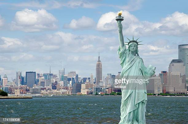 statue of liberty in new york city - statue of liberty stock pictures, royalty-free photos & images