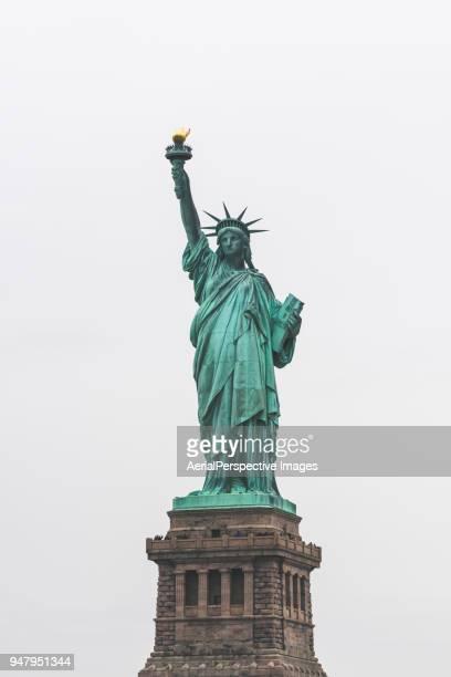 statue of liberty - patrimonio de la humanidad por la unesco fotografías e imágenes de stock