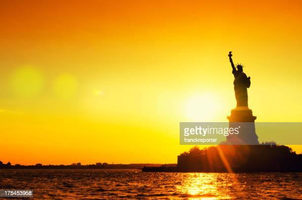 Estatua de la libertad Silhouetted al atardecer de la ciudad de Nueva York