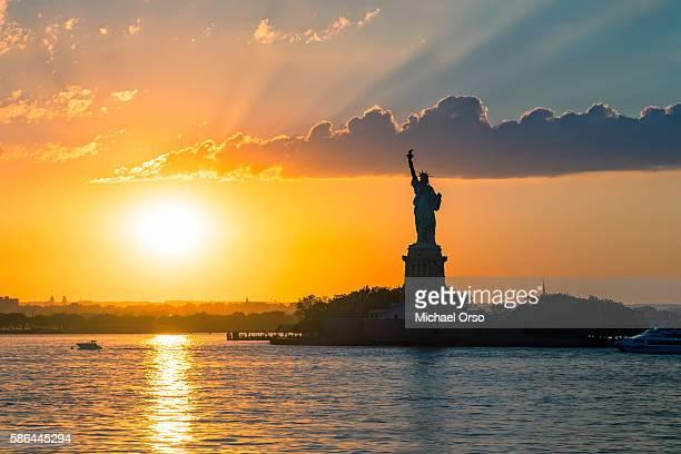 statue of liberty sunset. nyc harbor, manhattan. - ilha staten - fotografias e filmes do acervo