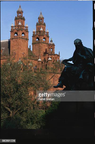 statue of lord kelvin and kelvingrove art gallery - kelvingrove art gallery and museum stock pictures, royalty-free photos & images