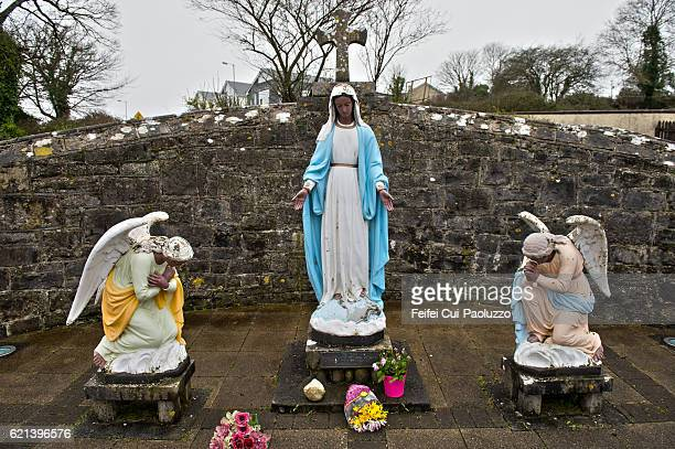 statue of mary and two angels at ballysadare of sligo county in ireland - saint sacrement photos et images de collection
