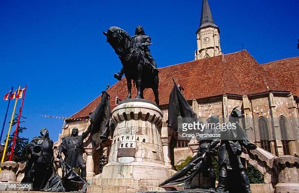 statue of matthias corvinus and st michael's church. - クルジュナポカ ストックフォトと画像
