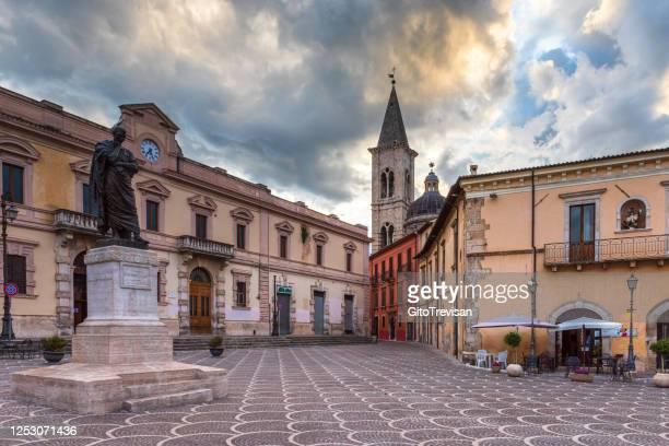 スタトゥア・ディ・オヴィド・イン・ツァッツァxxセッテンブレ(スルモナ・アブルッツォ・イタリア) - アブルッツォ州 ストックフォトと画像