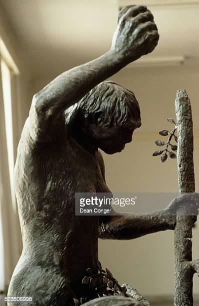 statue of peking man at zhoukoudian - homo erectus foto e immagini stock