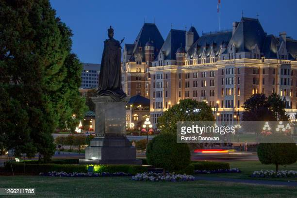 statue of queen victoria and empress hotel, british columbia, canada - queen victoria stock pictures, royalty-free photos & images