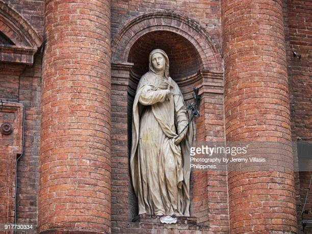 statue of saint catherine of siena, church of st. christoper, siena, italy - sainte catherine photos et images de collection
