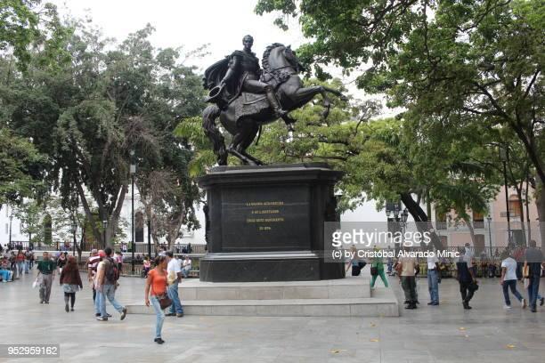 statue of simón bolívar, bolívar square, caracas - simon bolivar fotografías e imágenes de stock