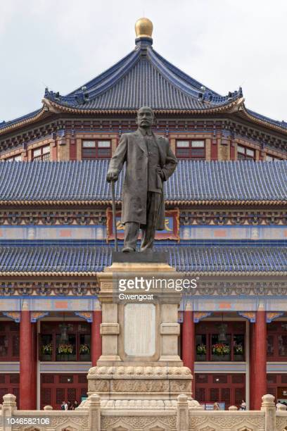 statue of sun yat-sen in front of the zhongshan memorial hall in guangzhou - gwengoat foto e immagini stock